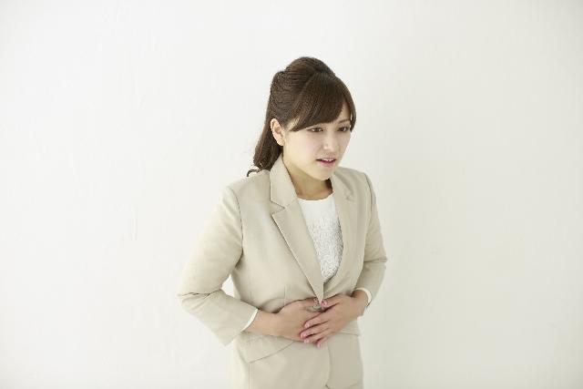 女性の下腹部の痛み【鈍痛・ちくちく】左右で原因も違う?対処法は?